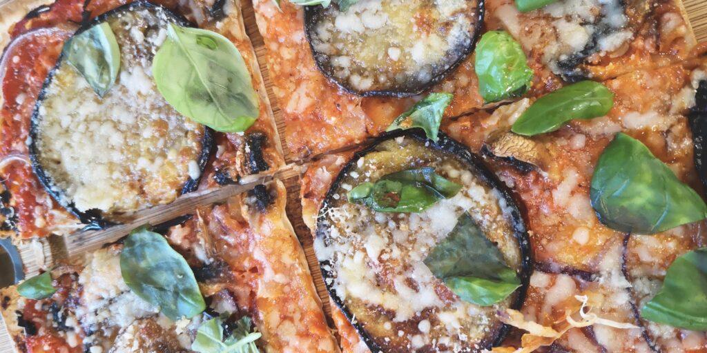 Lavašipitsa baklažaani, juustu ja tomatikastmega